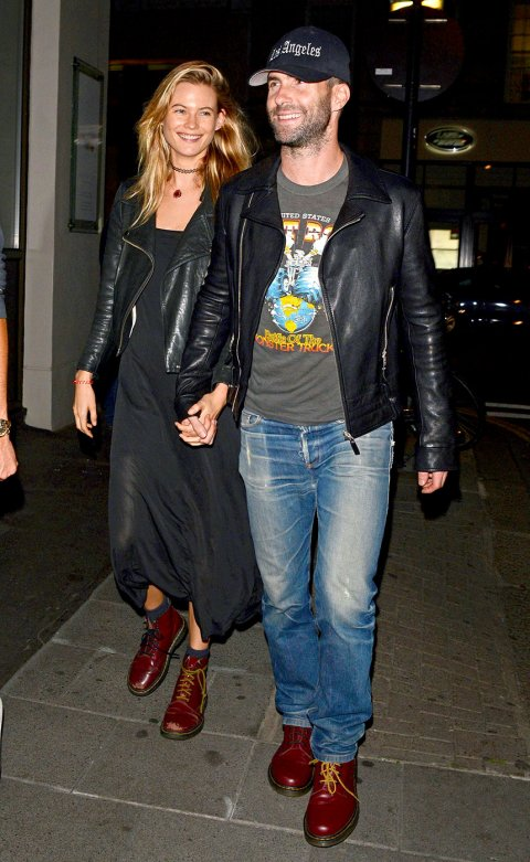 Adam Levine a Behati Prinsloo v botách Dr. Martens 1460 Cherry Red